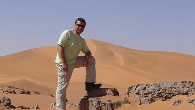 V poušti. Snímek s dunami v pozadí si pověsil Pavel Hrůza na svůj facebookový profil. V libyjské poušti se později ztratil a rodina ani známí o něm nemají už rok žádné zprávy.