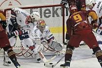 Diváci si včera na jihlavském zimním stadionu moc hokejové krásy neužili. Spokojenější byl nakonec HC Berounští Medvědi (ve světlých dresech). Samostatné nájezdy rozhodl krásnou akcí Nedvěd.