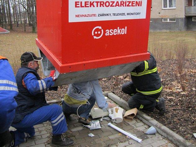 Mladého muže z Jihlavy museli hasiči z kontejneru na elektroodpad vyprošťovat opakovaně. Akce se neobešla bez asistence jeřábu.