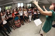 Společný koncertní program pod vedením kantorů z obou stran hranice Dagmar Němečkové (na snímku) a Dominika Kleina pilovaly čtyři desítky studentů včera dopoledne v jedné ze tříd gymnázia.
