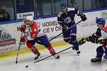 Třebíčští hokejisté (v bílém) přivítají v sobotu od 17.30 Prostějov. Na domácím ledě mají spadeno na další vítězství.