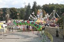 Stromy na náměstí tvoří výraznou kulisu i při pouti v Lukách nad Jihlavou.