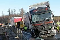 Nehoda zablokovala dopravu na mostě u dálničního přivaděče v Jihlavě.