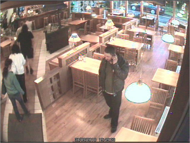 Na fotografii je jeden ze dvou zatím neznámých zlodějů z Polska. Tuto osobu zachytily kamery v prostoru občerstvení u čerpací stanice u dálnice D1 v době, kdy se krádež odehrála. Policie by přivítala, pokud někdo tohoto člověka pozná, aby zavolal na linku