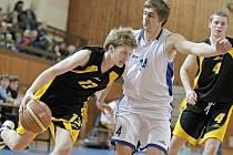 Druholigoví basketbalisté BC Vysočina (v černém) se v poslední době trápí. A to zejména pod košem soupeřů. Pardubicím a rezervě Hradce Králové stačilo k výhře pouhých 53 respektive 61 bodů!