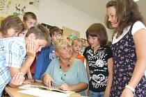 Třídní učitelka Pravoslava Fialková se baví vprvní  hodině  školního roku se svými žáky.