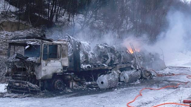Na parkovišti na 89. kilometru dálnice D1 ve směru na Brno začal hořet nákladní automobil.