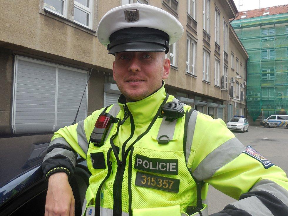 Na fotografii je zachycen policista Jiří Trnka ve službě.