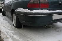 Ledovka, způsobená prasklým potrubím, přidělala práci řidičům, kterým přimrzla auta do ledu.