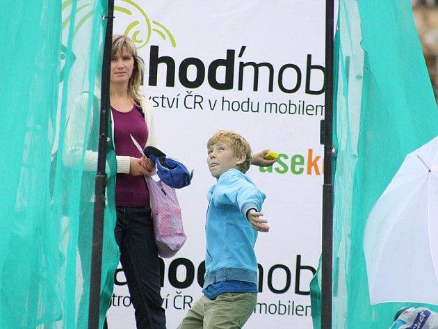 Jak daleko jsou schopny hodit mobilním telefonem, si včera vyzkoušely i děti. Nejlepší český rekord je zatím 76 a půl metru. Za celosvětovým rekordem výkon Čecha pokulhává přibližně o devatenáct metrů.
