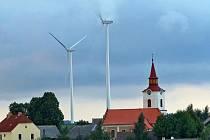 Větrné elektrárny se před pěti lety staly nepřehlédnutelnou dominantou, podle které lidi bezpečně poznají, kde Pavlov leží. Viditelné jsou i na desítky kilometrů daleko.