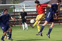 Fotbalisté Ždírce (v červeném Roman Mareš) s Třebíčí v předkole Poháru ČMFS neudrželi dvoubrankové vedení. Fotbalisté HFK ve druhé půli srovnali a vynutili si penaltový rozstřel. V něm byli úspěšnější.