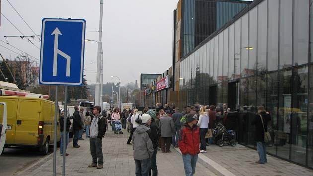 Dav lidí čekal v pátek ráno na otevření obchodního centra