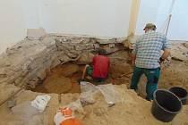 Takto objevená věžice vypadá. Po dokončení archeologického průzkumu bude opět ukryta pod podlahu kaple.