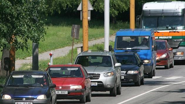 Kolony a zase kolony. To je typický celodenní obraz Jiráskovy ulice. Výstavba mostu na budoucím jižním obchvatu krajského města, odklání veškerý provoz přes centrum. Doprava se tak pohybuje krokem.