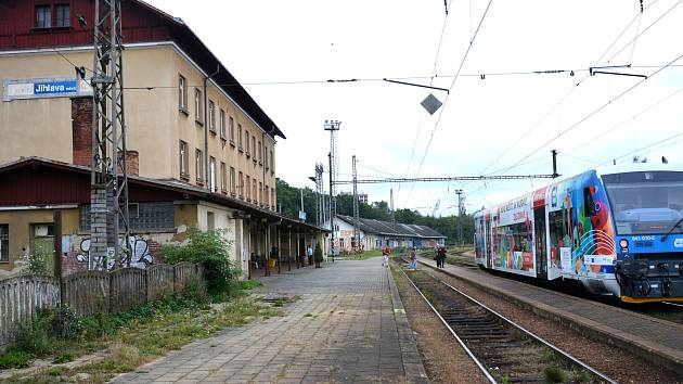 Na nádraží v Jihlavě se srazil nákladní vlak s lokomotivou