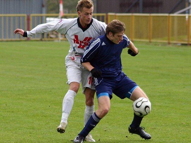 Fotbalisté Třebíče (v modrém Pavel Smažil) byli před brankou Blanska sterilní.