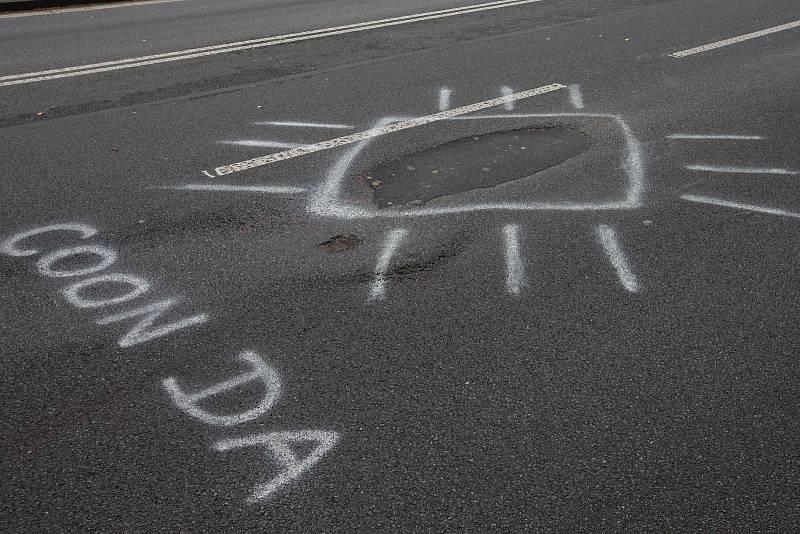 Na jeden z výmolů na silnici I/38 v Havlíčkově Brodě upozornil svérázně nespokojený řidič.