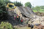 Ve Vilémově se na dělníky zřítil opravovaný silniční most