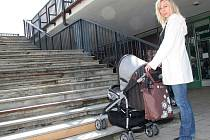 Kočárek a schody, to nejde k sobě. V krajském městě je plno míst, kam se maminky nedostanou.