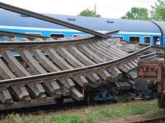 Středeční dopolední nehoda na trati mezi Golčovým Jeníkovým hlavní nádraží a stanicí Vlkaneč, při níž se ze stále nezjištěných příčin rozjel podvalník kolejových polí, si vyžádala smrt jednoho dělníka. Druhý skončil v nemocnici.