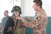 Studenti jihlavské střední školy Trivis prožili čtvrteční dopoledne s vojáky české armády. Učili se od nich nejen o obraně státu.