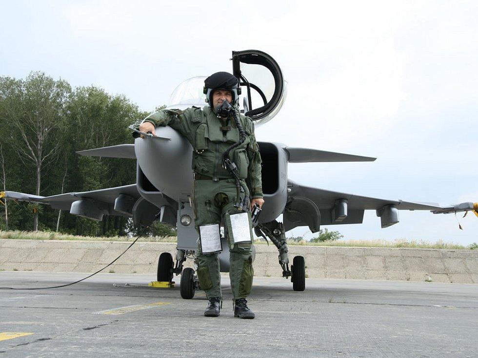 Jeden z gripenů na letišti v Čáslavi. Na snímku pilot Michael Borůvka připravený k letu.