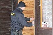 Policie prohledává chaty spolu s psovody. V případě vykradené chaty pes zjistí, zda je pachatel ještě uvnitř.