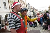 Vystoupení nejrůznějších divadelních formací zdarma láká do centra Telče četné rodiny s dětmi.