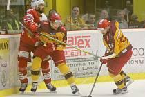 Zápas o vše. Jihlavští hokejisté (ve žlutém) i slávisté po třetí čtvrtině baráže na postupové příčky ztrácejí. Dnešní souboj je tak pro oba týmy hodně důležitý.