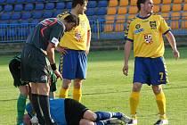 Jihlavský gólman David Šimon (v modrém dresu) se ve druholigovém zápase se Sokolovem pořádně zapotil – čelit musel nejen šancím, ale i tvrdým atakům soupeře. Dvakrát se dokonce ocitl s bolestivou grimasou na trávníku.