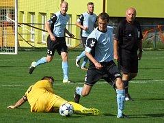 Fotbalisté Černíče (v modrých dresech) prohráli na hřišti Nových Syrovic 2:4.