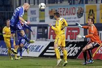 Šest minut stačilo olomouckým fotbalistům, aby dokonale rozebrali jihlavskou defenzivu a třemi góly si vystříleli další tři ligové body. Na snímku právě střílí druhou branku Olomouce Jan Schulmeister.