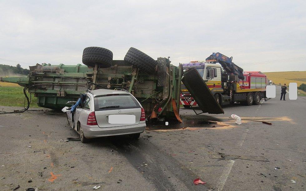 Při dopravní nehodě narazil osobní automobil do přívěsu traktoru. Na místě zemřel řidič osobního auta.