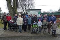 Skupinové focení se sousedy z Polničky absolvoval Jiří Krčál (v tmavé čepici pátý zprava v zadní řadě) při příležitosti tradičního novoročního výšlapu.