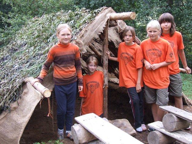 Slovanská polozemnice. Obydlí našich dávných předků postavili skauti v tábořišti u Jimramova.