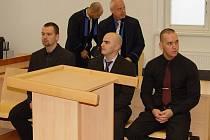 Mohli to stihnout? To je otázka, kterou si nyní klade soud. Středeční hlavní líčení s Martinem Hrubým, Ondřejem Krejčím a Jakubem Mikešem (zleva) bylo odročeno na neurčito.