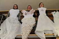 Výstava v knihovně Univerzitního centra Telč ukazuje svatební šaty v různých dobách.