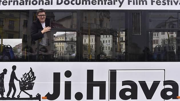 Festivalový trolejbus. Ředitel Mezinárodního festivalu dokumentárních filmů Jihlava Marek Hovorka (na snímku) včera v samém srdci Jihlavy, na Masarykově náměstí, představil letošní festivalový trolejbus.