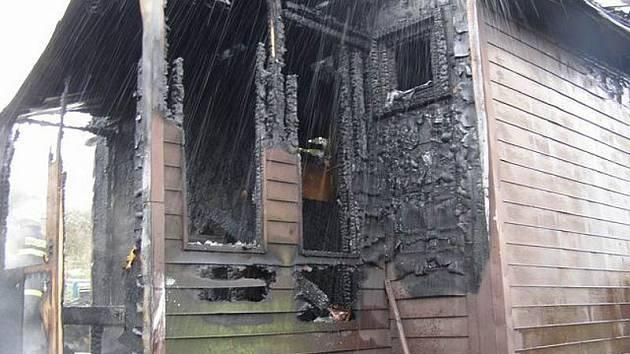 Loňského 20. října zachvátily plameny chatku ve Vyskytné nad Jihlavou.