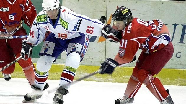 Třebíčští hokejisté (uprostřed Vilém Burian) měli v duelu s třetí Olomoucí víc než na bod.