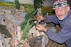 Na polovině obývacího pokoje staví Jaroslav Antonů letos betlém po devětatřicáté. Je to pro něj relaxace, čas vzpomínání a jako pro věřícího člověka i připomínka narození Spasitele.