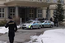 Justiční areál ve středu ráno uzavřeli policisté, anonym nahlásil, že je v budově bomba.