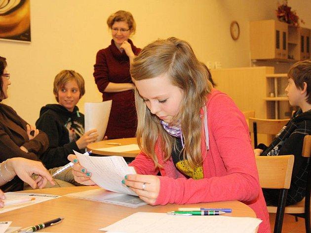 Na hodinu tvořivého psaní přišlo včera do jihlavské městské knihovny jedenáct žáků ve věku od dvanácti do patnácti let. Kolik z nich se do soutěže nakonec přihlásí?