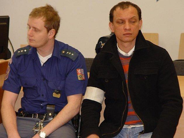 Ladislav L. z Jihlavy odmítá, že by svou ženu týral a surově bil. Pokud bude mít soud opačný názor, hrozí mu až deset let vězení.
