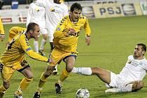 Jiří Gába (vpravo ve žlutém) se s Hlučínem střelecky prosadil. Šlo o jeho první gól v dresu Vysočiny.