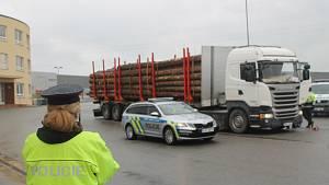 Policisté si posvítili na kamiony se dřevem
