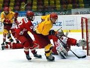 Hokejoví starší dorostenci Dukly (ve žlutém) po výhře nad Slavií a porážce od Kladna nabírají síly na play-off. Osmifinále začíná už tento víkend. Jihlava pojede do Karlových Varů, kde chce alespoň jednou uspět.