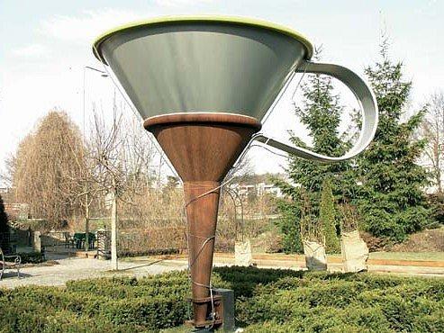 Obří trychtýř, symbol Středu Evropy v zahradě kavárny U notáře v Havlíčkově Brodě.