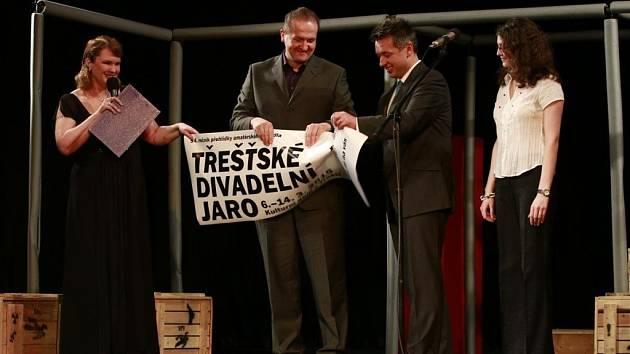 Loni slavnostně přetrhávali vstupenku starosta Třeště Vladislav Hynk a poslanec Vít Kaňkovský (vlevo).